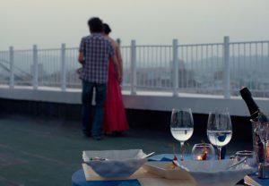 Бутылка вина на крыше небоскреба - фото
